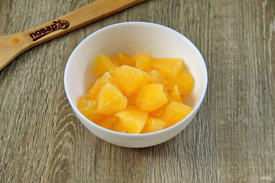 Апельсин почистите, разделите на дольки и очистите дольки от пленочек. Нарежьте кусочками.