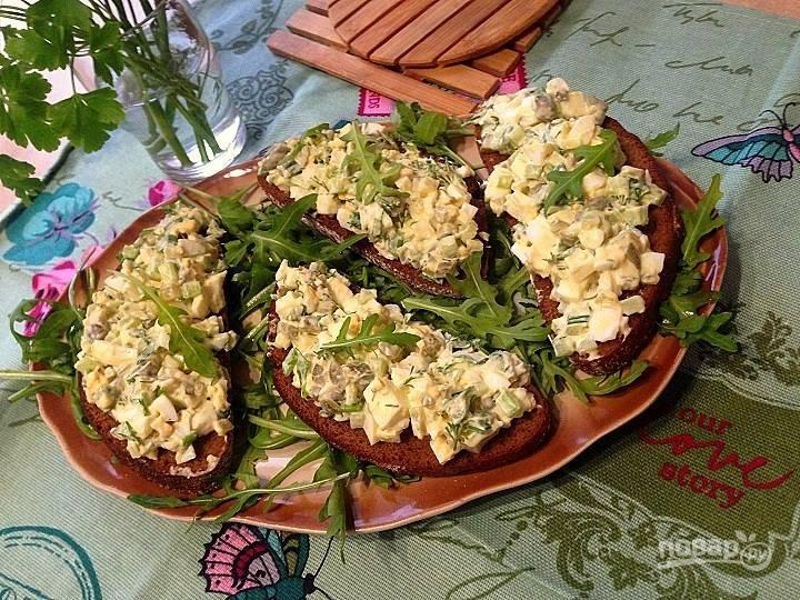 Тосты с салатом из сельдерея и яиц