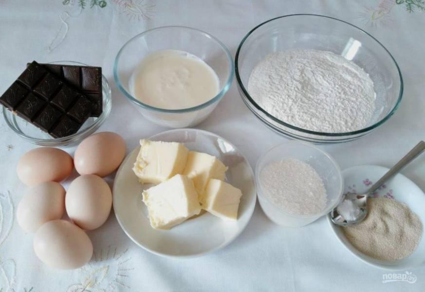 Подготовьте необходимые ингредиенты для приготовления бабы на сливках. Масло следует заранее достать из холодильника, чтобы оно стало мягким и пластичным.