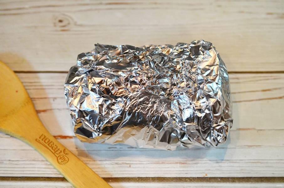 5. Плотно оберните фольгой и запекайте в разогретой до 180 градусов духовке 1,5 часа.