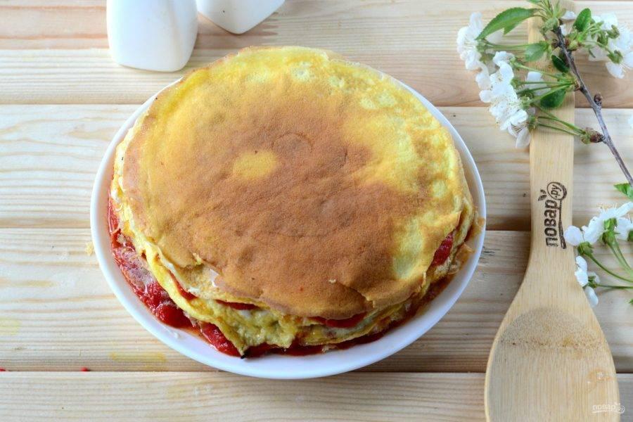 По такому принципу соберите весь торт, чередуя мясные и сырные слои.