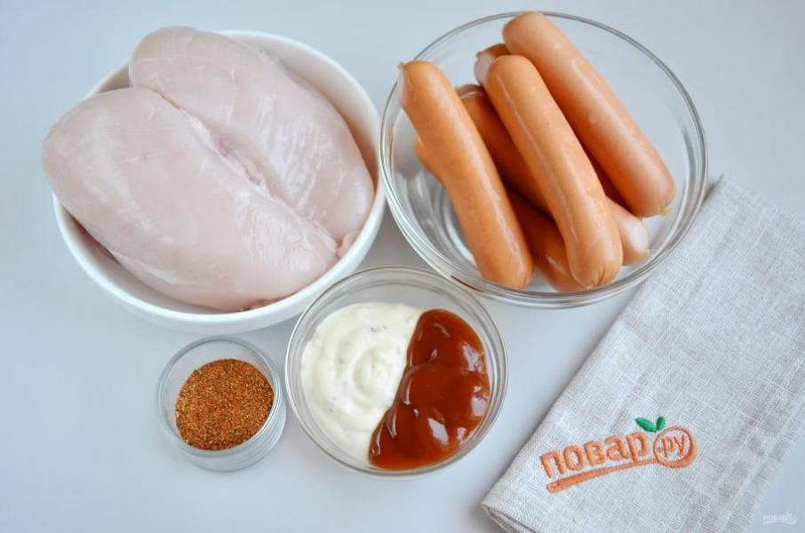 Вымойте филе и сосиски. Сосиски можно пока убрать в холодильник, их мариновать не нужно.