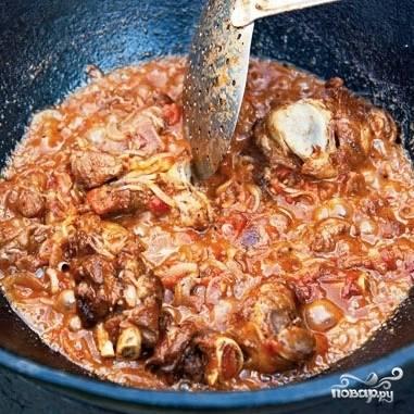 Через 15 минут блюдо будет выглядеть примерно так. Теперь наливаем в казан 3 литра горячей кипяченой воды, доводим до кипения и варим еще около 40 минут. Одновременно с водой кладем в суп целый стручок острого перца - это по желанию, если любите острое.