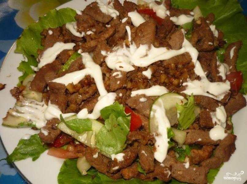 Салат с говядиной и орехами