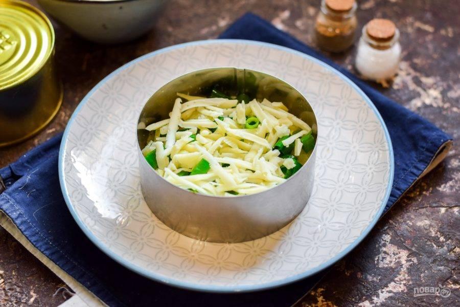 Твердый сыр натрите средней стружкой и посыпьте салат.