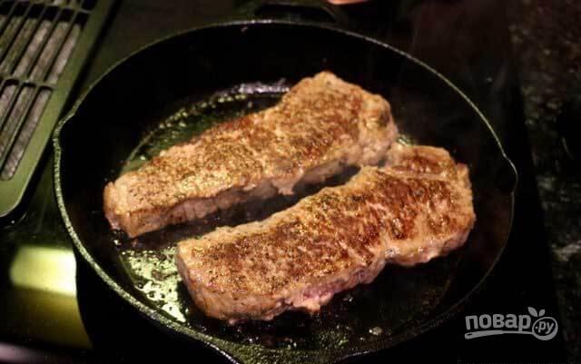 3.Выложите мясо, обжаривайте его с обеих сторон 2-3 минуты.