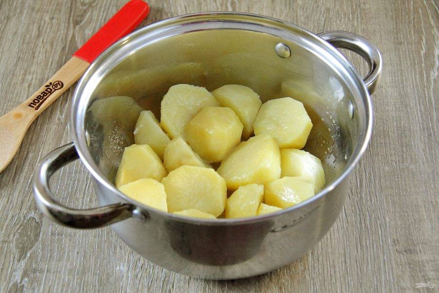 В готовый картофель добавьте соль по вкусу, сливочное масло и аккуратно перемешайте.