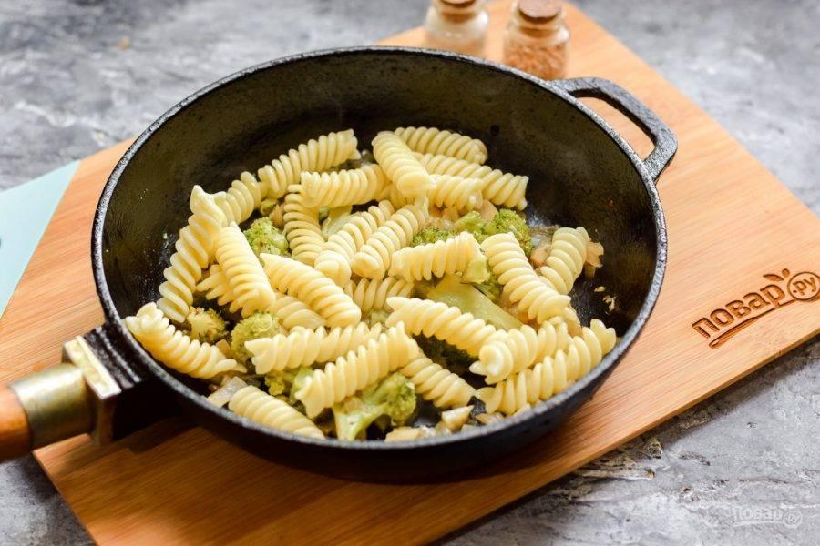 Макароны отварите отдельно, 7-8 минут до готовности. Переложите макароны в сковороду к овощам.