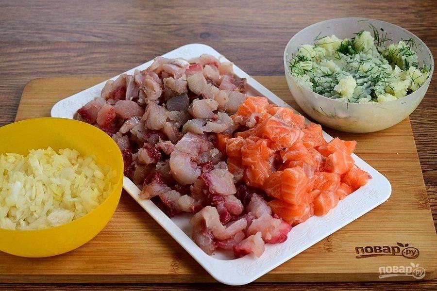 Отварной картофель разомните в пюре и перемешайте с измельченным укропом. Лук нарежьте как можно мельче. Рыбу нарежьте мелкими кубиками.