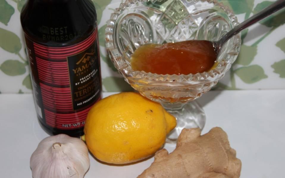 Натрите корень имбиря (предварительно его нужно очистить) на терке. Выдавите лимонный сок.