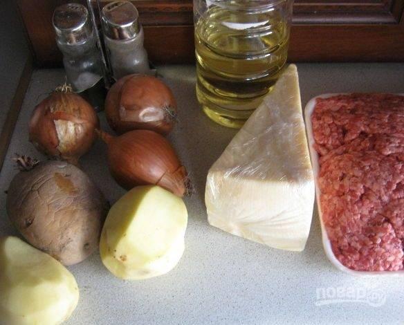 1. Картофельная запеканка — очень простое блюдо, которое готовится из доступных продуктов. Фарш для запеканки можете сделать сами, а можете взять уже готовый. Итак, пока будем делать начинку, нужно очистить картофель и отварить его до готовности.