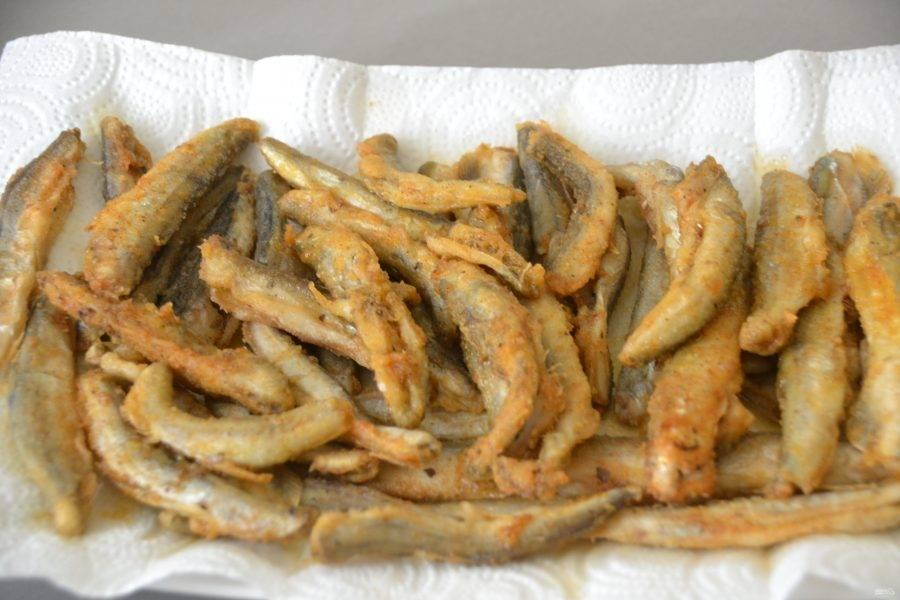 Обжаренные рыбки выкладывайте на бумажное полотенце, чтобы избавиться от излишков жира.