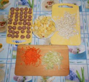 4. Лепим шарики из фарша. Лук, морковку и картофель моем, чистим, нарезаем.