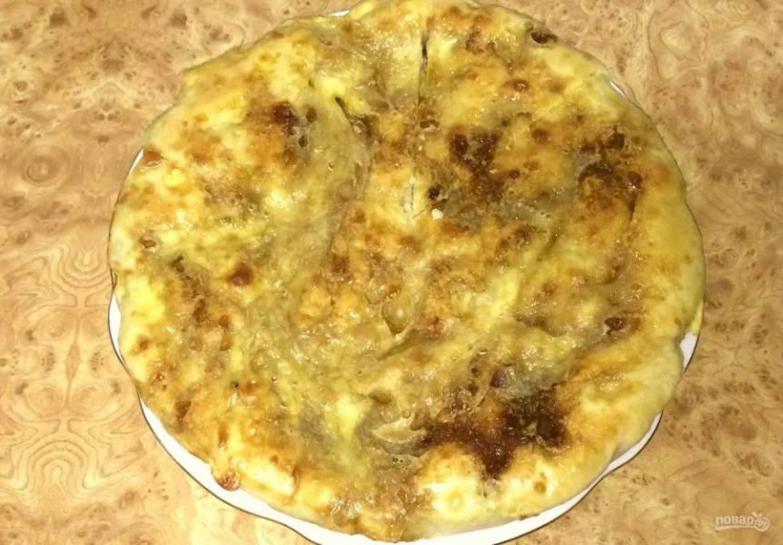 Поставьте форму с пирогом в холодную духовку и выпекайте 30-35 минут при температуре 190 градусов. Готовый пирог полностью остудите на решетке. Приятного аппетита!