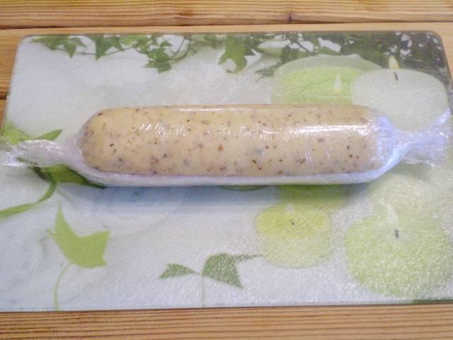 5. На стол выкладываем пищевую пленку. Формируем колбаску из теста. Отправляем в морозилку на 1-2 часа.