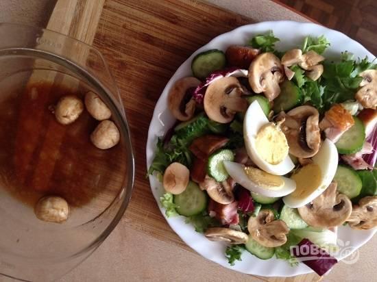 Добавляем в салат грибочки и дольки вареного яйца. Поливаем маринадом, который остался от грибов.
