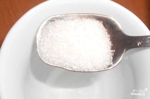 2. Подготовьте заправку. Возьмите укус. Влейте в небольшую емкость. Добавьте соль и сахар. Подогрейте, чтобы они полностью растворились.