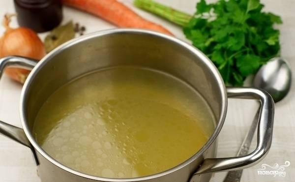 Теперь уменьшаем огонь под кастрюлей до минимума и варим в течение часа. Затем процеживаем бульон, нарезаем сваренное филе и добавляем в суп. Но лично я предпочитаю кушать бульон в чистом виде. Приятного аппетита!
