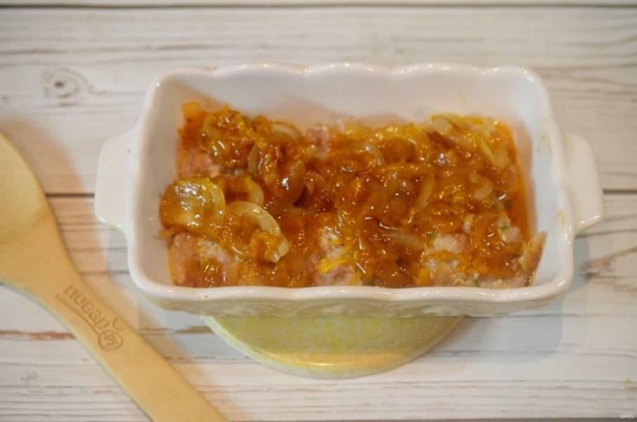 7. Выложите на биточки соус и запекайте еще 15 минут.