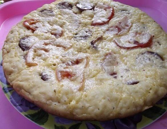 4. Через 10-15 минут, когда сыр расплавится, пицца поднимется, а края зарумянятся - можно выключать и подавать к столу. Приятного аппетита!