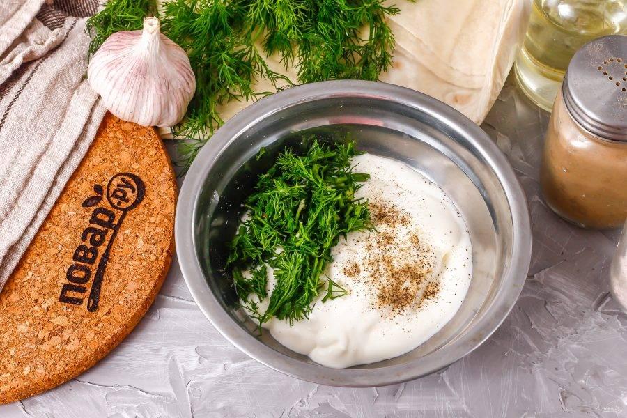 Очистите и спрессуйте в глубокую емкость зубчик чеснока, выложите туда же сметану любой жирности, всыпьте соль, перец. Промойте и измельчите укроп, добавьте к сметане и перемешайте.
