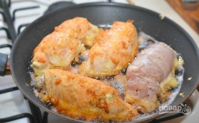 6. Окунайте рулеты в кляр и выкладывайте на сковороду с разогретым маслом. Жарьте со всех сторон до румяности.