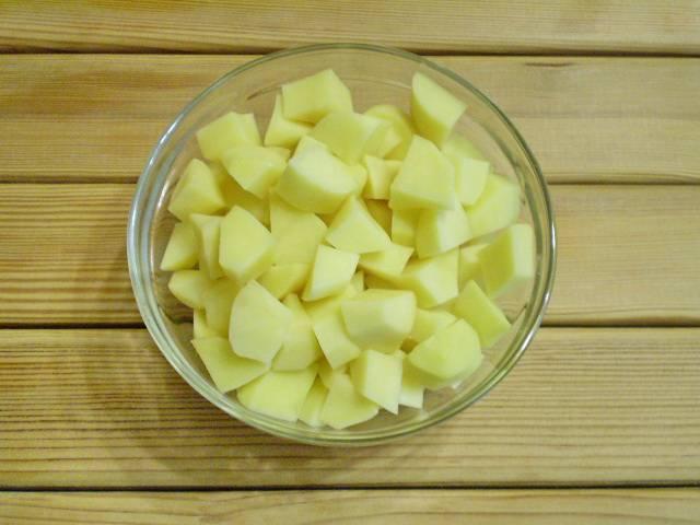 5. Картофель порезать кусочками.