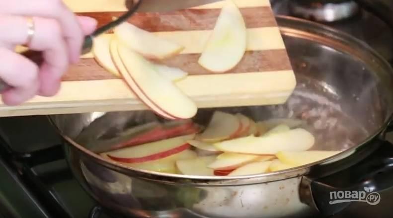 Порезанные дольки яблока отправьте в кипящий сироп на 2 минутки. Как только яблоки размякли, достаньте их на тарелку и дайте остыть.