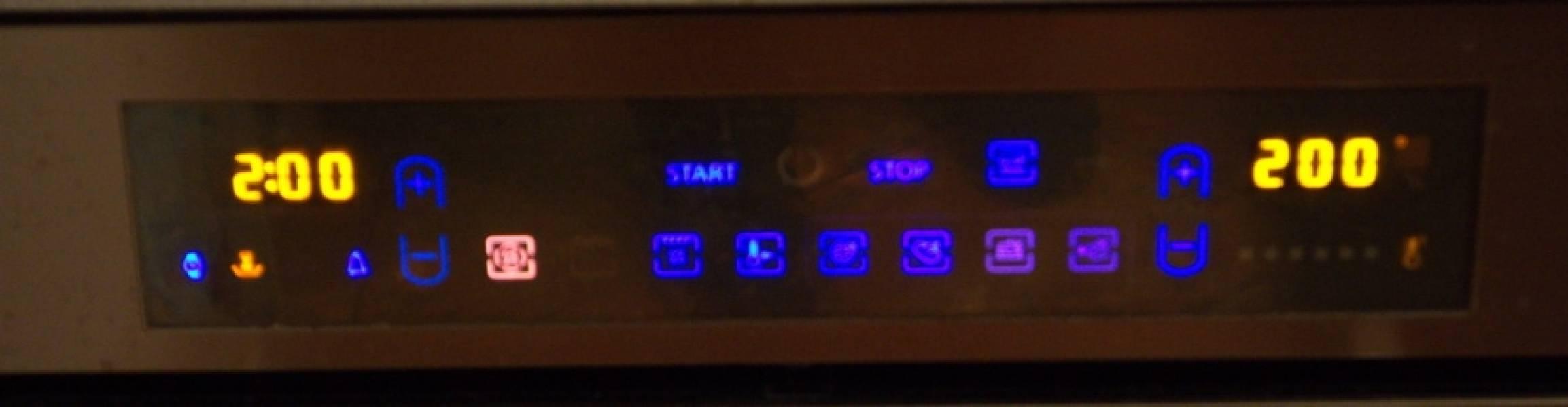 Разогрейте духовку до 200 градусов. Оберните мясо фольгой, сложенной в пару слоев. Запекайте буженину в духовке 2 часа.