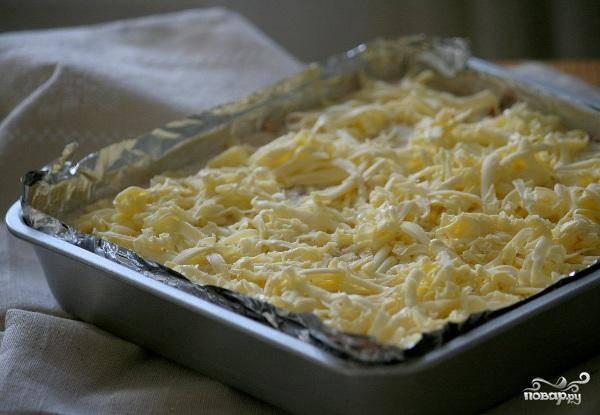 Дальше дело нехитрое: выкладываем поочередно наши слои, причем верхним должен остаться сухой слой. Сверху посыпаем все тертым сливочным маслом.