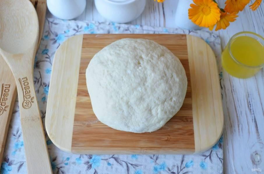 Вот такое тесто получилось! Включите духовку на 210 градусов, прогрейте. Приготовьте противень, застелите его пергаментом. Также понадобятся вырубки для печенья: одна большая, другая поменьше.