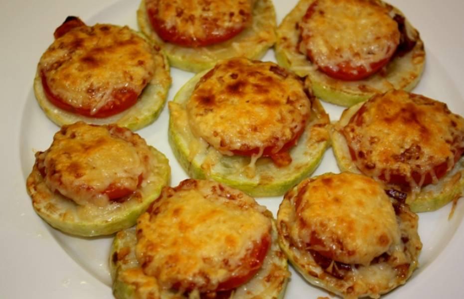 Кладем кабачки на смазанный маслом противень и запекаем в духовке 10 минут, чтобы расплавился сыр. Приятного аппетита!