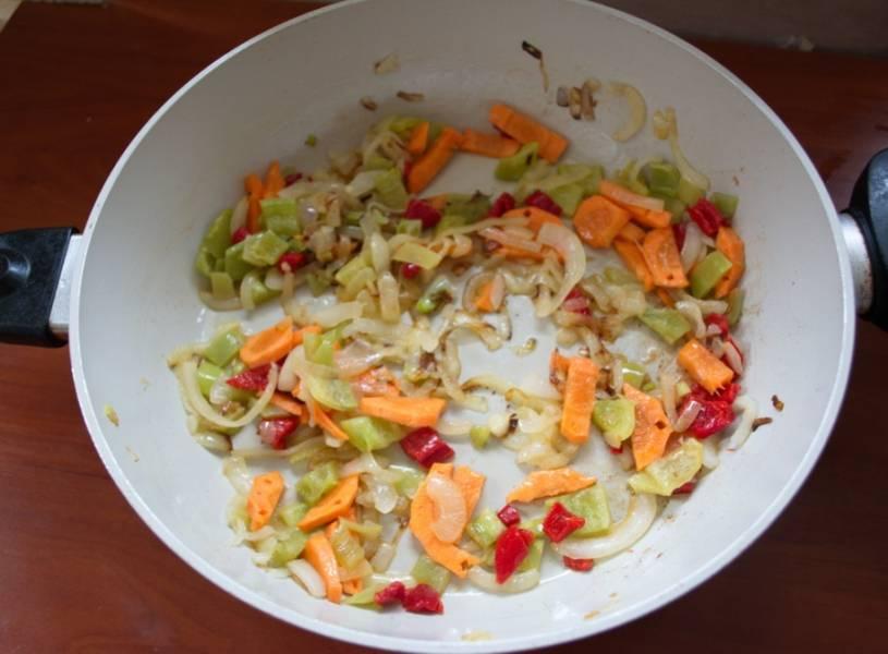 На растительном масле обжарить овощи по очереди: лук, морковь, болгарский перец, грибы.