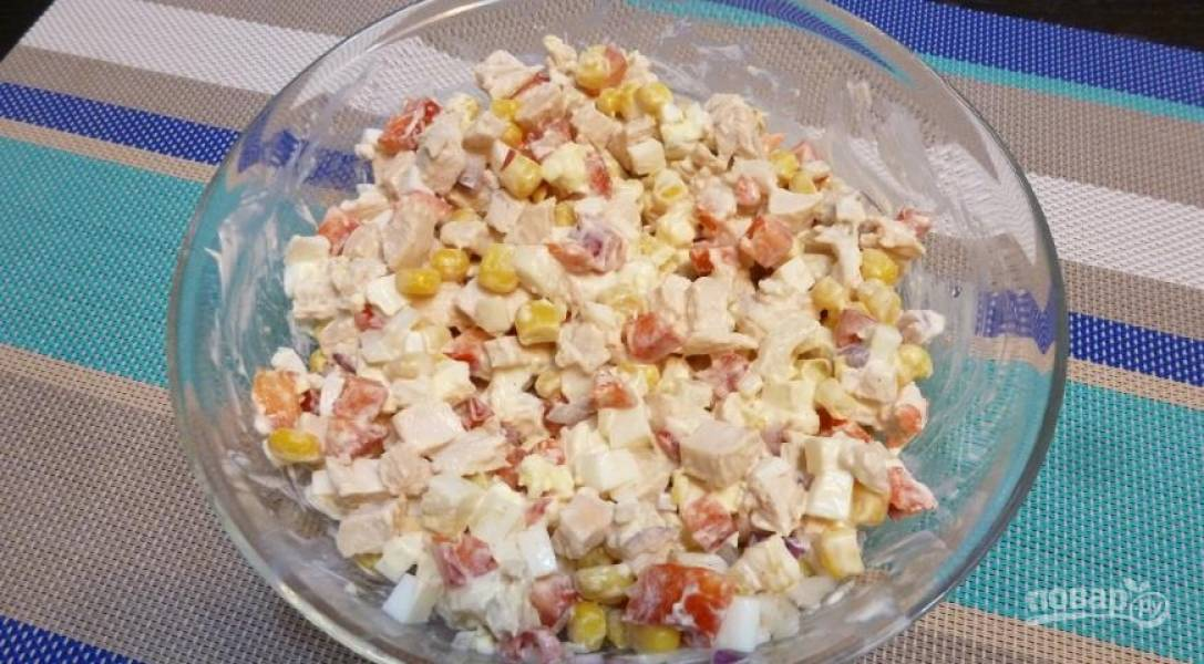 В салат добавьте соль и перец. Потом его перемешайте. Приятного аппетита!