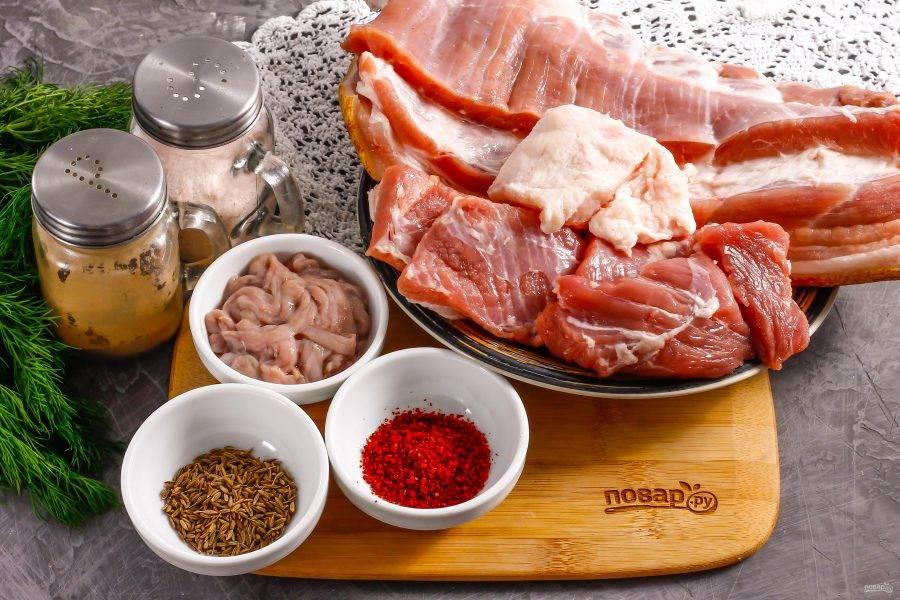Подготовьте указанные ингредиенты. Мясо промойте в воде, срежьте кожу, удалите пленки и жилы. Нарежьте мясо кусочками. Сало заморозьте примерно 10 минут, чтобы оно легче нарезалось.