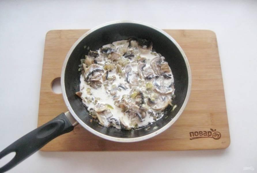 Добавьте сливки в грибы с луком, посолите по вкусу.