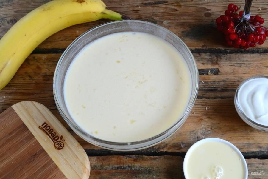 Затем влейте немного молока, примерно 100 мл, и хорошо размешайте, чтобы не было комочков. Затем влейте растопленное сливочное масло и добавьте яйца. Перемешайте полученную массу и добавьте оставшееся молоко. Размешайте все до однородности.