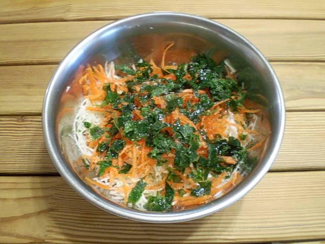 5. Добавить в салат соль, сахар, перец, уксус и масло оливковое.