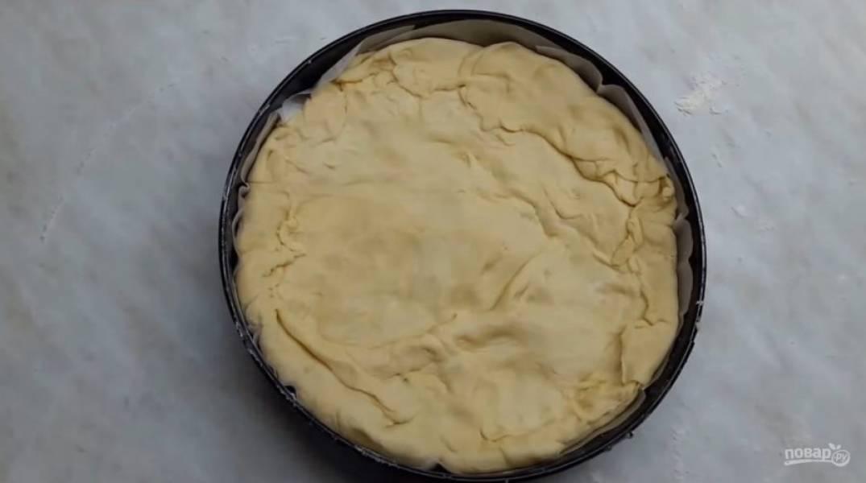 6. Выложите в форму слегка остывшую начинку, разровняйте ее и прикройте верхушкой. Аккуратно залепите края пирога, смажьте взбитым яйцом с маслом и молоком. Отправьте в разогретую до 200 градусов духовку на 80 минут. Приятного аппетита!