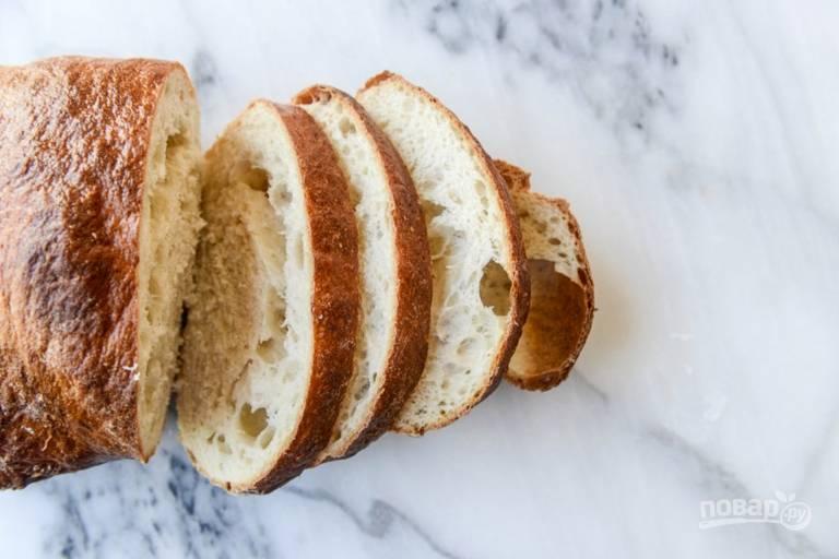 3. Достаньте яйца, переложите их в ледяную воду. Дайте им немного остыть. Тем временем нарежьте тонкими ломтиками хлеб.