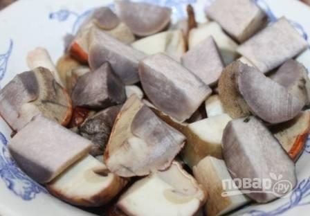 Затем нарезаем грибы на кусочки средней величины.