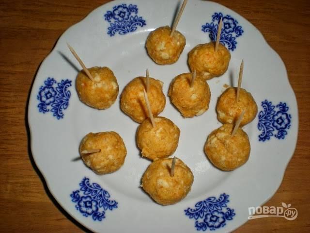 Сформируйте шарики с размером грецкий орех. В каждый шарик воткните зубочистку.