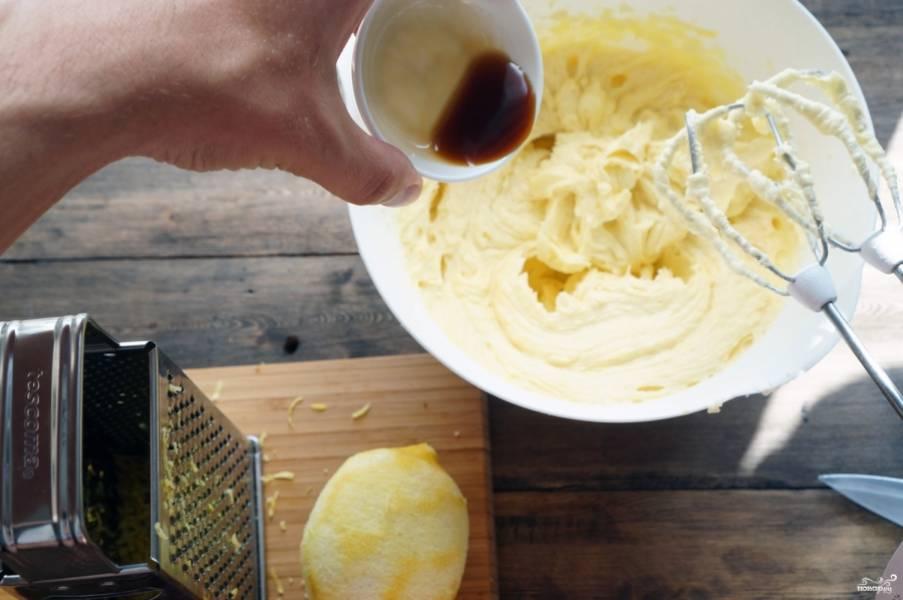 Натрите цедру лимона, добавьте ее вместе с экстрактом ванили в тесто.