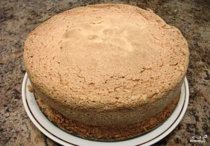 8. Готовый бисквит должен быть хорошо подрумяненным. После окончания выпечки оставьте его в духовке с приоткрытой дверцей еще минут на 15. После этого вынимайте форму из печи. Полностью остудите бисквит.