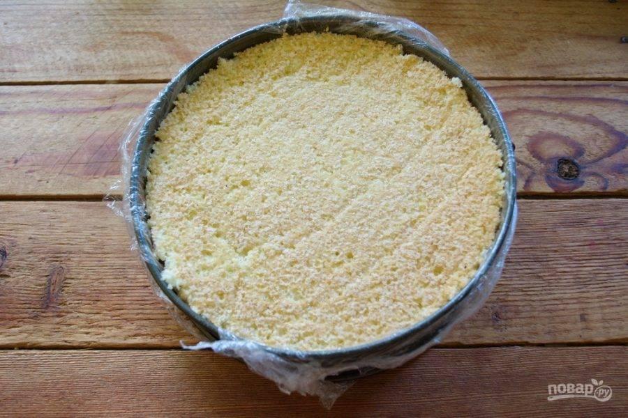 Сверху выложите 3-4 ст. ложки крема. Разровняйте. Уложите сверху второй корж , подрезав края по форме.