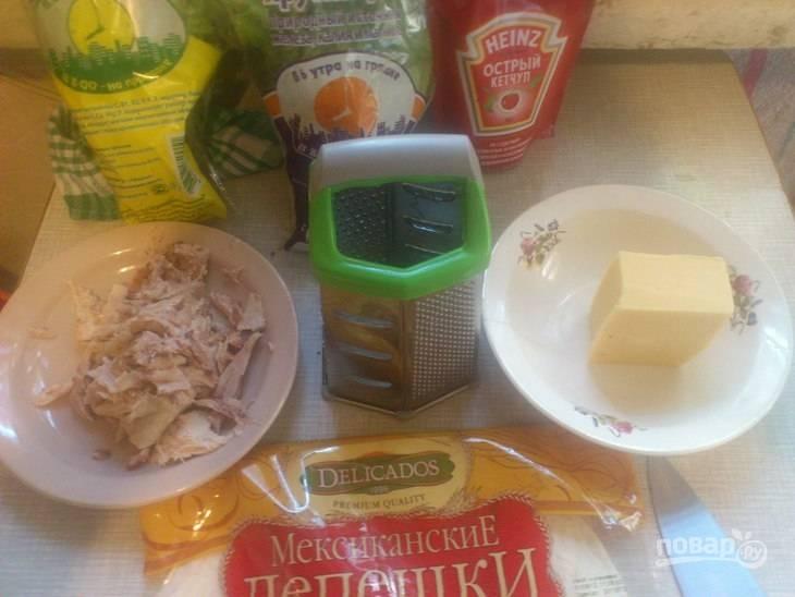 1. Очень вкусная закуска, которую перед подачей обязательно следует запечь в духовке. Для начала отварите куриное филе до готовности и дайте ему остыть.