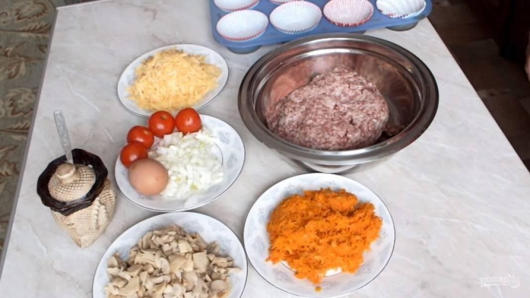 Подготовьте необходимые ингредиенты. Лук очистите и нарежьте мелким кубиком, сыр натрите на терке. Морковь также натрите на терке и предварительно обжарьте с луком до мягкости.