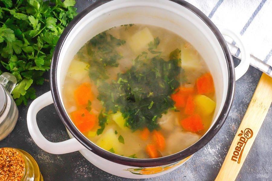 Промойте петрушку или замените ее сельдереем, измельчите и добавьте в емкость. Спрессуйте зубчики чеснока. Отварите еще 2 минуты и выключите нагрев. Попробуйте суп и подкорректируйте по своему вкусу.