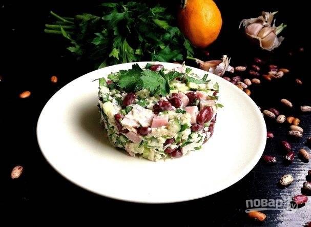 Салат можно готовить и подавать в одной салатнице, а можно разложить порционно по тарелочкам.