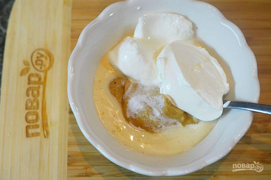 3. Майонез или сметану смешайте с горчицей.